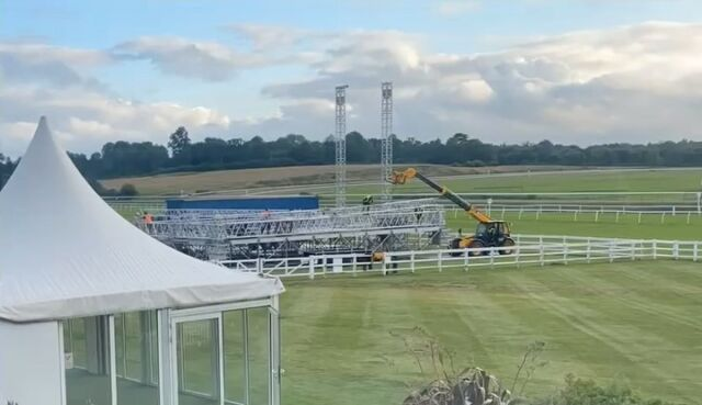The stage is getting ready for you @ub40official fans! Here is a time-lapse from earlier this week... ⏰ You can catch the band at @lingfieldpark TOMORROW! 🎤 - Tickets available HERE 🎟️ bit.ly/LAR_SHOWS 🎟️